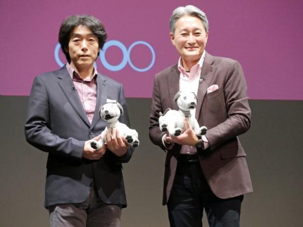 aiboを手にするソニーの平井社長と川西執行役員