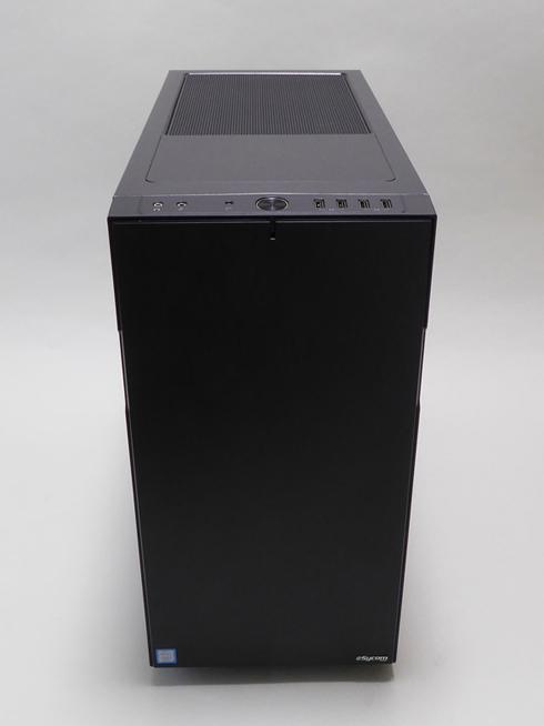 ケースはFractal Design Define R5。フラットな前面パネルでPCらしさを抑えたデザインだ