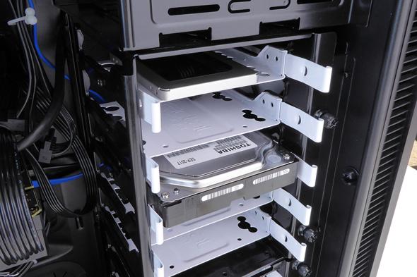 シャドーベイはカートリッジ式で増設時の手間が少ない。評価機では、8基のシャドーベイのうち最上段に2.5インチSSDを、1つ空けて3段目に3.5インチHDDを搭載していた