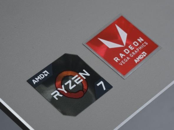 AMDモデルに輝く「Ryzen 7」と「RADEON RX Vega」のロゴシール