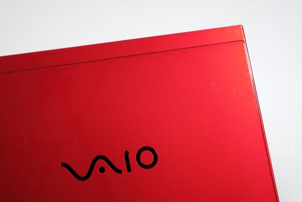 赤い天板と黒いVAIOロゴ