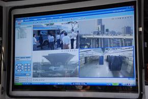 photo、取材陣を撮影したビデオ映像がTD-LTE網を通じてテスト車両の画面に表示されていた。高解像度の監視カメラ映像も含め、4つの映像を同時に受信していたが、映像が途切れることはなかった