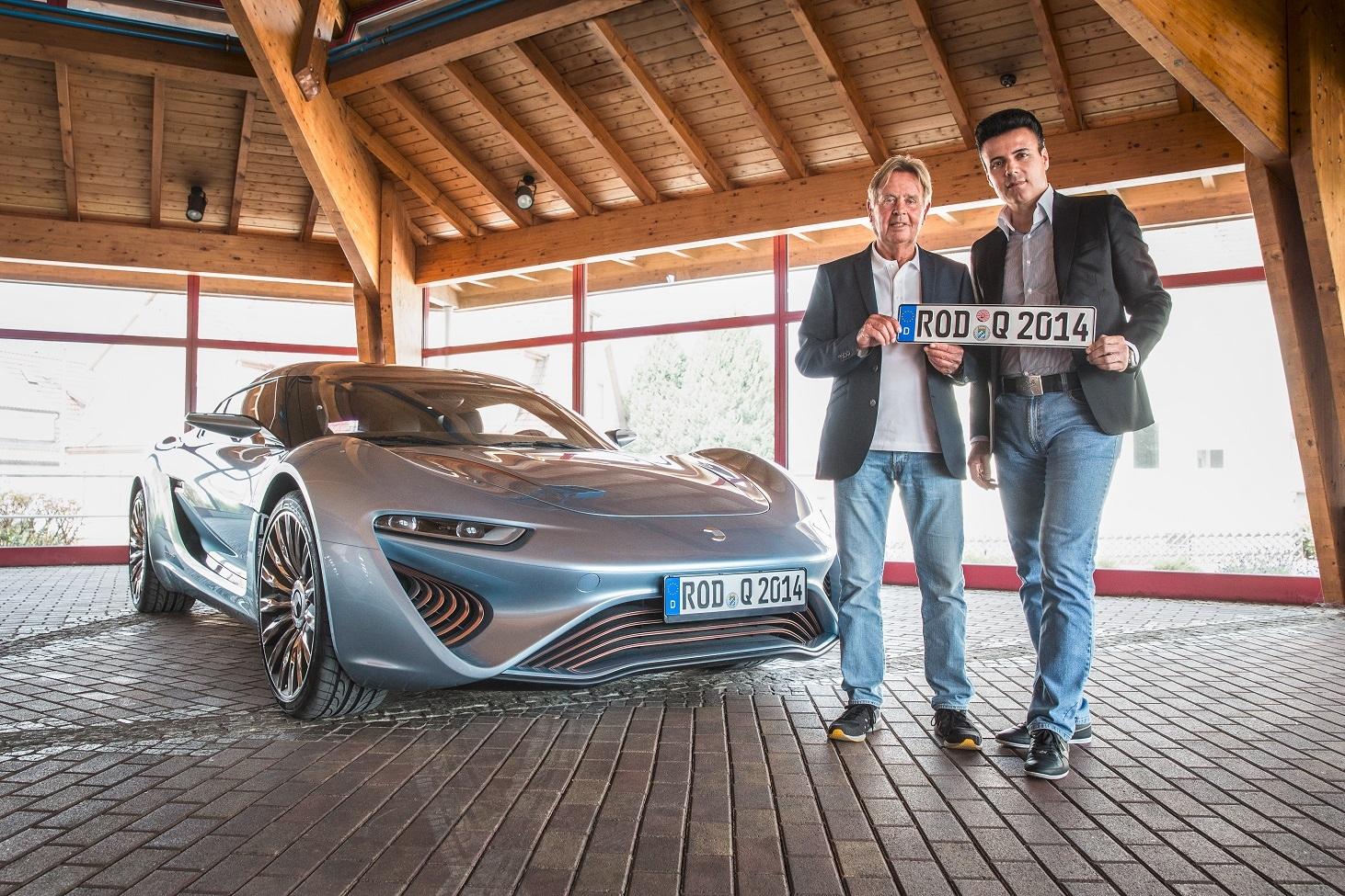 図1 「QUANT e-Sportlimousine」の前でナンバープレートを掲げるヌンツィオ・ラ・ベッキア氏(右)とイエンスペーター・エレルマン氏(左) 出典:nanoFLOWCELL