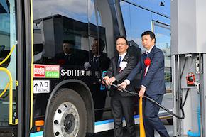 燃料電池バスへの水素充填セレモニー