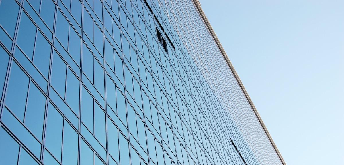 水素でガラスを製造する世界初の実証、日本板硝子が英国工場で実施へ