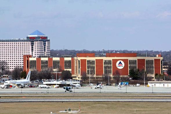 飛行機と空と旅 アトランタ国際空港に隣接するデルタ航空本社 スピリット・オブ・デルタ ...