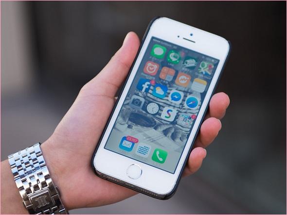 使っているスマートフォンは「iPhone 5s」。未読メールが2万件以上たまっているのがやや気になる
