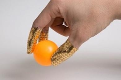 指に巻いたセンサーアレイ。非常にフレキシブルで曲面にもピッタリとフィットする。しわなどの変形があっても、精度良く圧力を計測できる