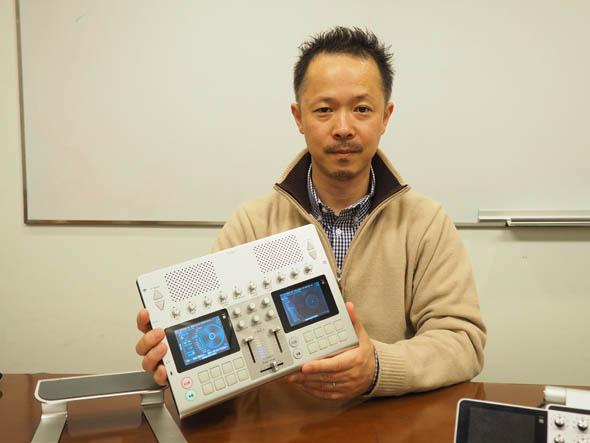 スピーカー内蔵のポータブルDJシステム「GO-DJ Plus」の試作機を手にするJDSound 代表取締役 宮崎晃一郎氏