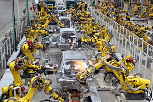 日産自動車のブラジル・レゼンデ工場に導入されたロボットによる加工の様子