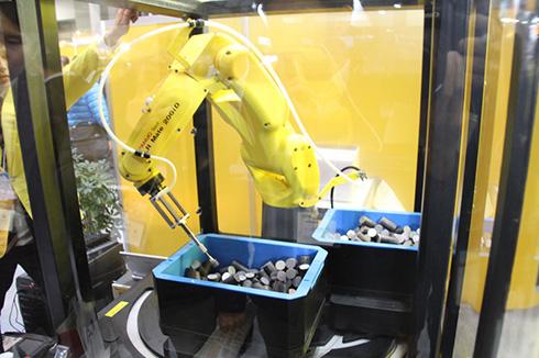「2015 国際ロボット展」にてファナックが行ったピッキングロボットのデモ