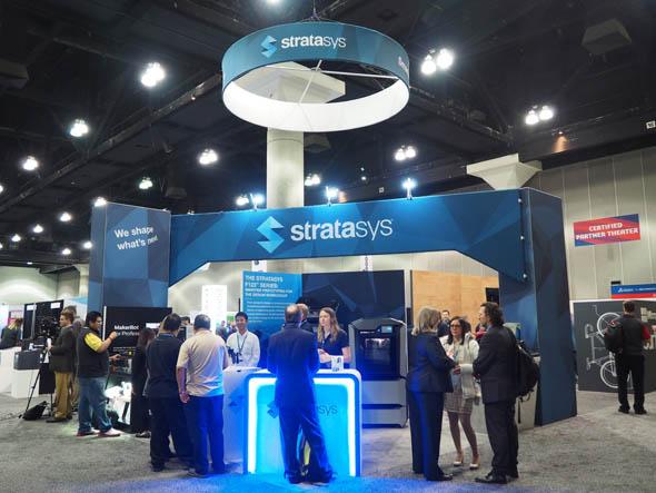 米国ロサンゼルスで開催中の「SOLIDWORKS World 2017」の展示パビリオンに出展したStratasys。ブース正面にF123シリーズ「Stratasys F370」を展示