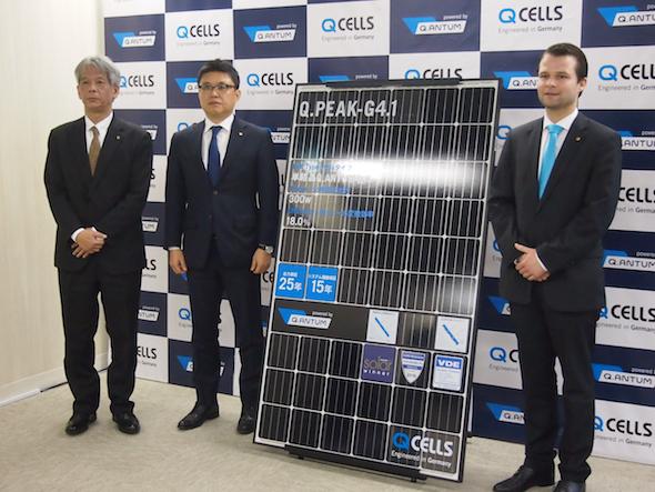 発表した新製品と、左からハンファQセルズジャパンの東 執行役員、金 代表取締役社長、ハンファQセルズ テクニカル・マーケティング・サポート統括のシュラーデ氏