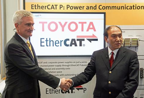 EtherCATの全面採用を決め握手するトヨタの大倉氏(右)とETG チェアマンのマーティン・ロスタン氏(左)