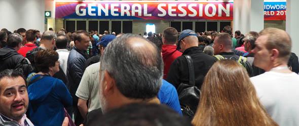ジェネラルセッション開始を待つ参加者たち