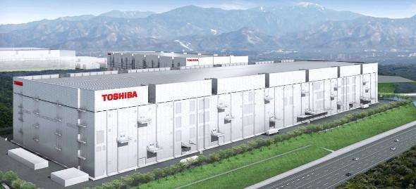 「TOSHIBA」ロゴの鮮やかな四日市工場 第6製造棟