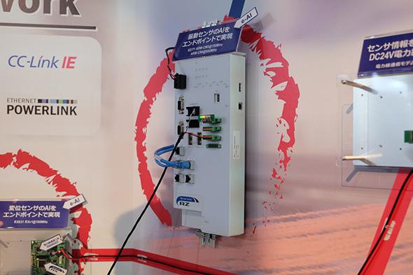 検査機器のベルトコンベヤーに取り付けられた振動センサーからの入力を、現場に取り付けられたAIユニットが判断して予防保全を実現する。AIユニットに用いられているマイコンはRG/T1