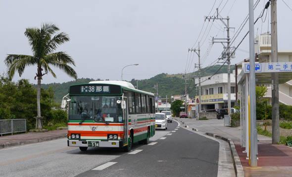 高齢者や身体が不自由な方の移動手段をいかに確保するか、各地域の課題になっている。写真は今回の連載の舞台である沖縄県南城市を1時間に1本ペースで運行する路線バス。ちなみに、写真中のバス停の名前は「第二手登根(だいにてどこん)」