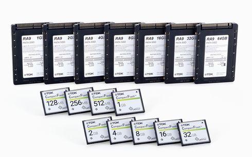PATA対応2.5インチSSD「SDA9Dシリーズ」(画面下部)と、CFカード「CFA9Dシリーズ」