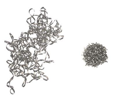 同重量の切りくずを比較。従来の切削によるもの(左)とLFVによる切りくず(右)