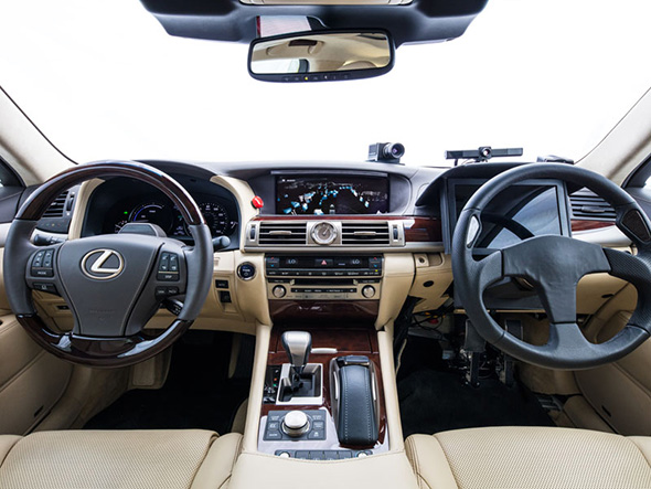 助手席にステアリング、アクセルペダル、ブレーキペダルを設置。安全な運転権限委譲を研究している(クリックして拡大) 出典:トヨタ自動車