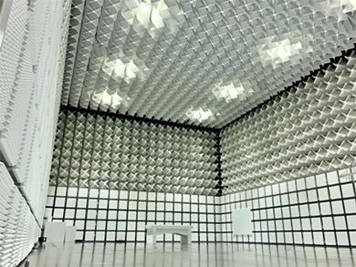 EMC試験施設の内観 出典:安川電機