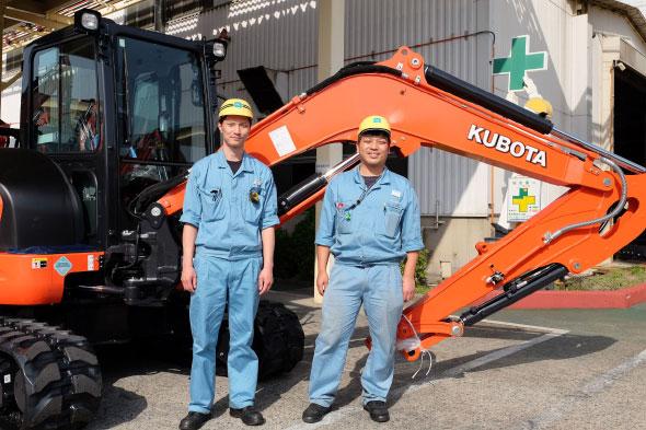 クボタ 枚方製造所 建設機械製造部 製造2課 作業長の奥畑翔吾氏(左)と同じく製造2課 青木拓也氏(右)
