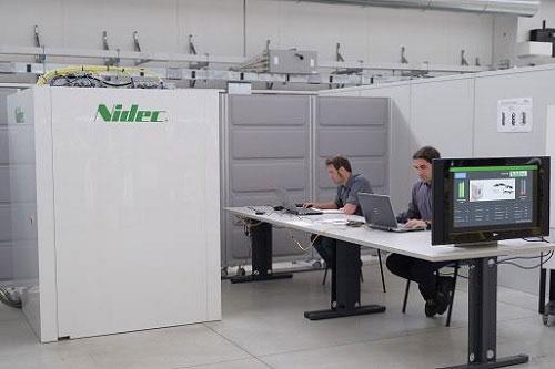 写真左が電気自動車(EV)向けの超急速充電システム「ウルトラファストチャージャー」