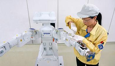 自律型双腕ロボットの製造イメージ 出典:セイコーエプソン