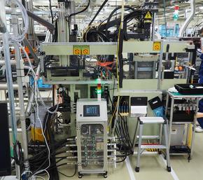 成形機および金型温度を維持するための冷却水の流量と温度を同時計測できるIoT液体流量センサーを活用
